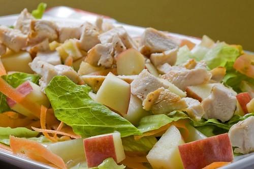 Салат из курицы с капустой и яблоками