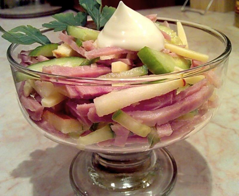Салат из ветчины с яблоками