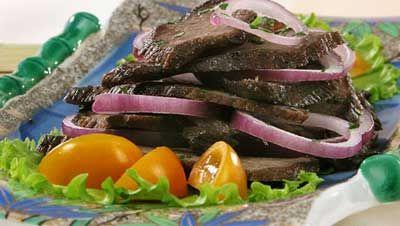 Салат из жареной баранины с помидорами