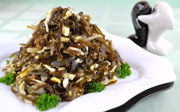 Салат из морской капусты с яйцами и луком
