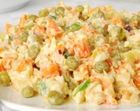 Салат из курицы с овощами и зеленым горошком