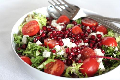 Салат с помидорами, сыром и гранатом