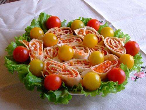 Салат с икрой и черри