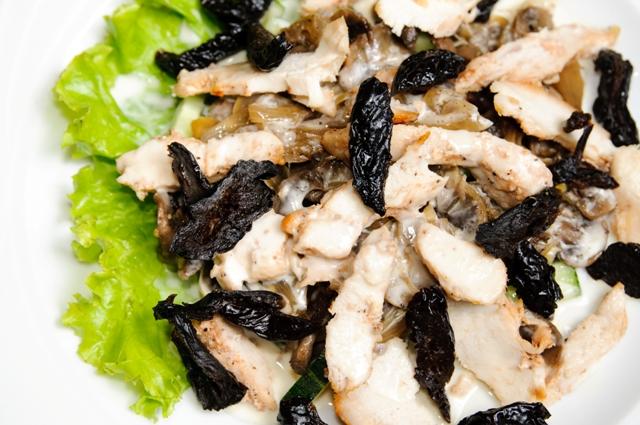 Салат курица с черносливом