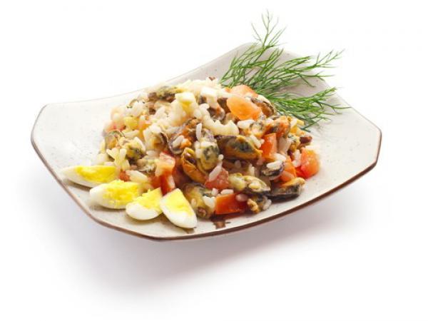 Салат из консервированного лосося и яиц с рисом
