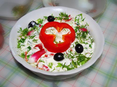 Салат весенний из помидора, огурца, редиски и зелени