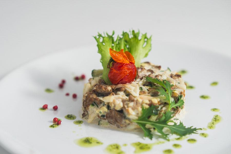 Салат из говядины и яиц с луком