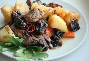 Салат из жареной баранины с черносливом и овощами
