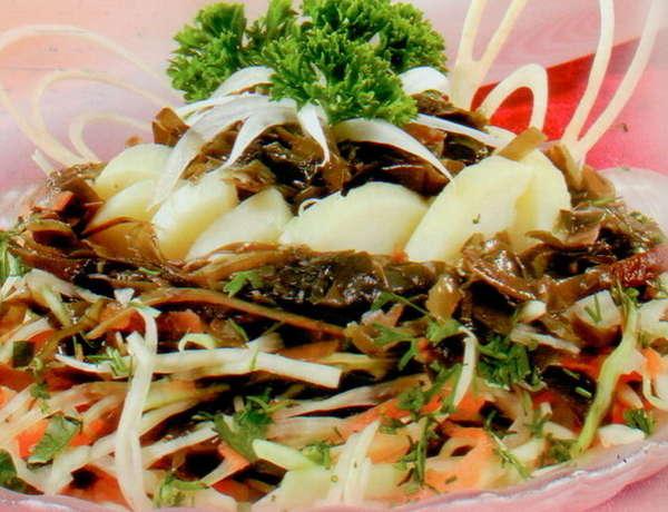 Салат из морской капусты с квашеной капустой и картофелем