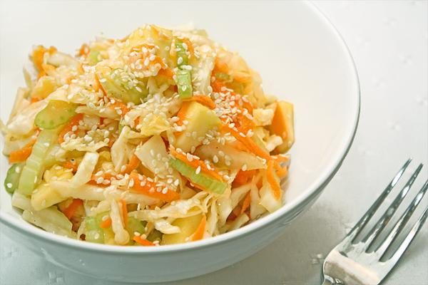 Салат из белокочанной капусты с овощами и яйцами