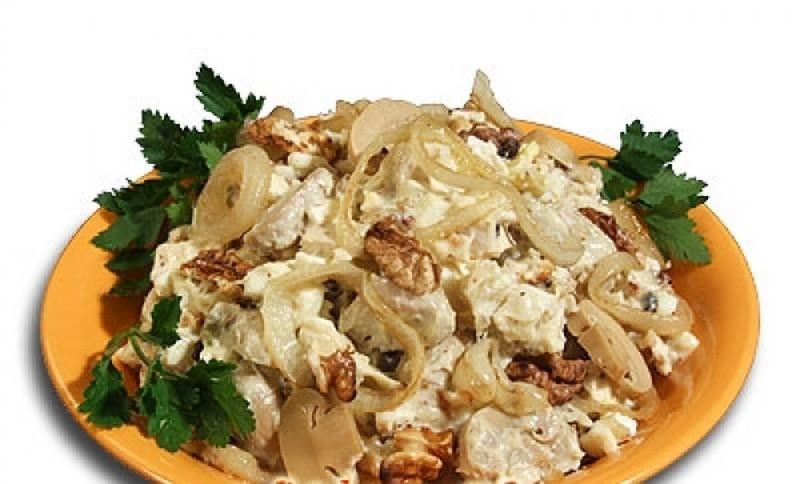 Салат из куриного филе с солеными огурцами и сыром