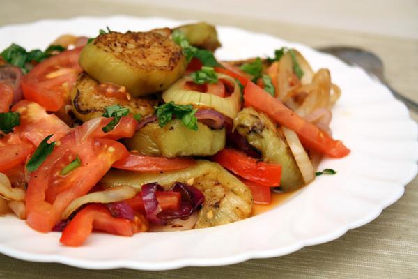 Салат из баклажанов с помидорами, яблоком и луком