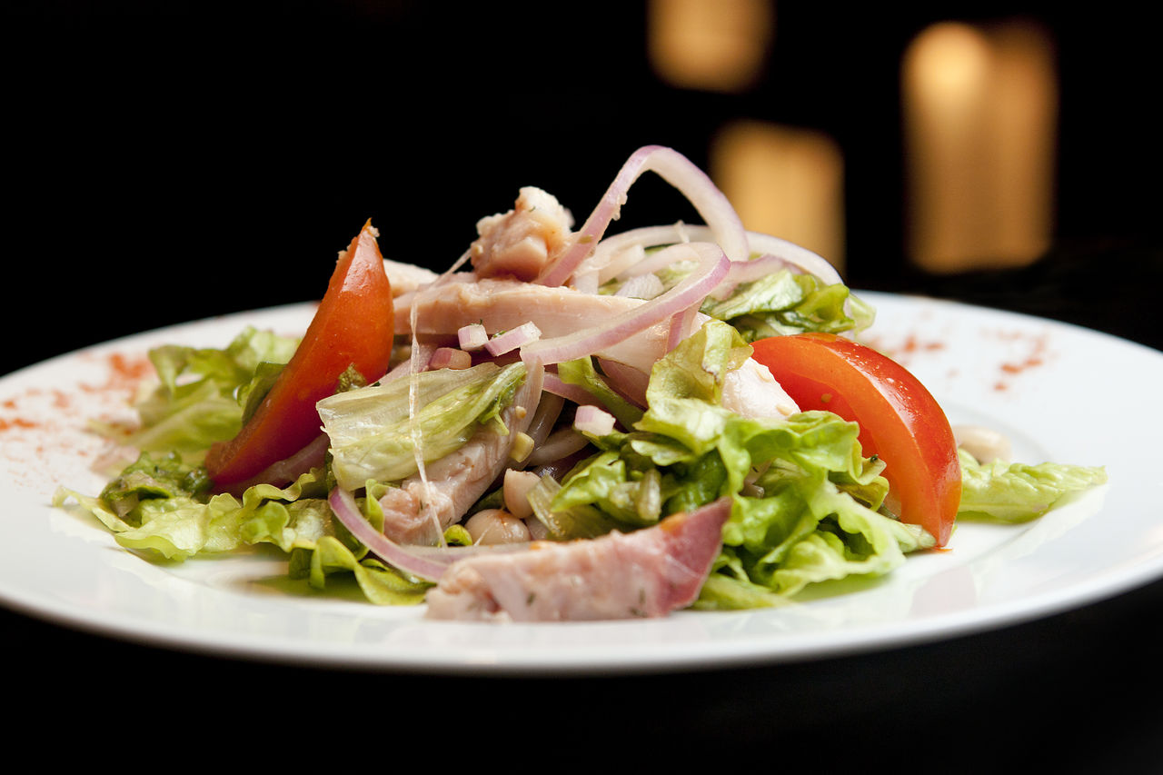 Салат из копченой курицы с белой фасолью